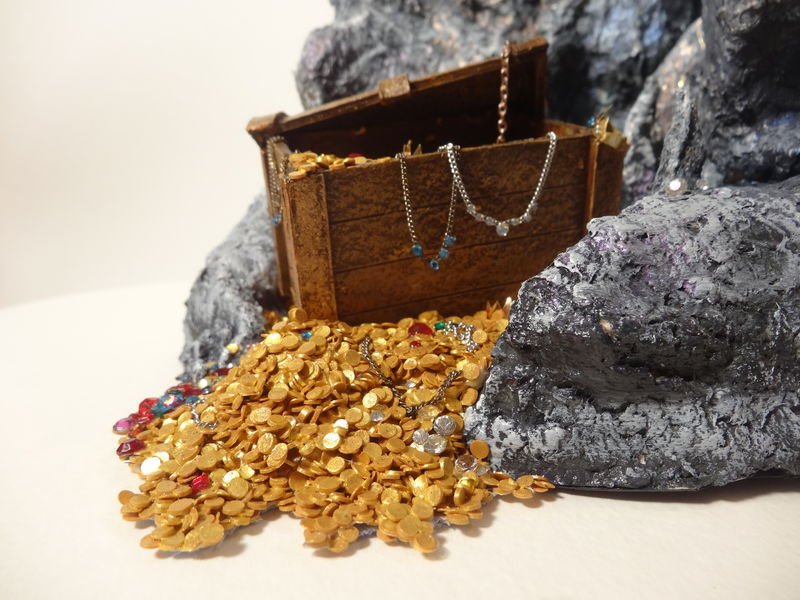 sculpture commission artwork companion dragon treasure rock mountain This treasure was really fun to figure out, how to make so many coins, how to make it look fun and looking like it truely holds loads of valuable items :)